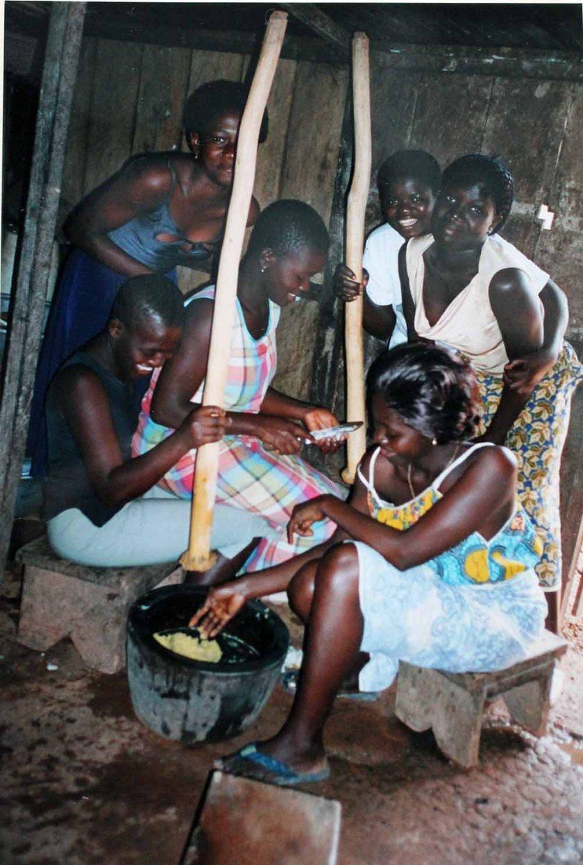 in der Küche: stampfen von Kochbanane und Yams