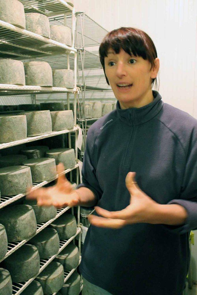 Das ist die erklärende Maider mit ihren großen Händen in der Käsekammer.
