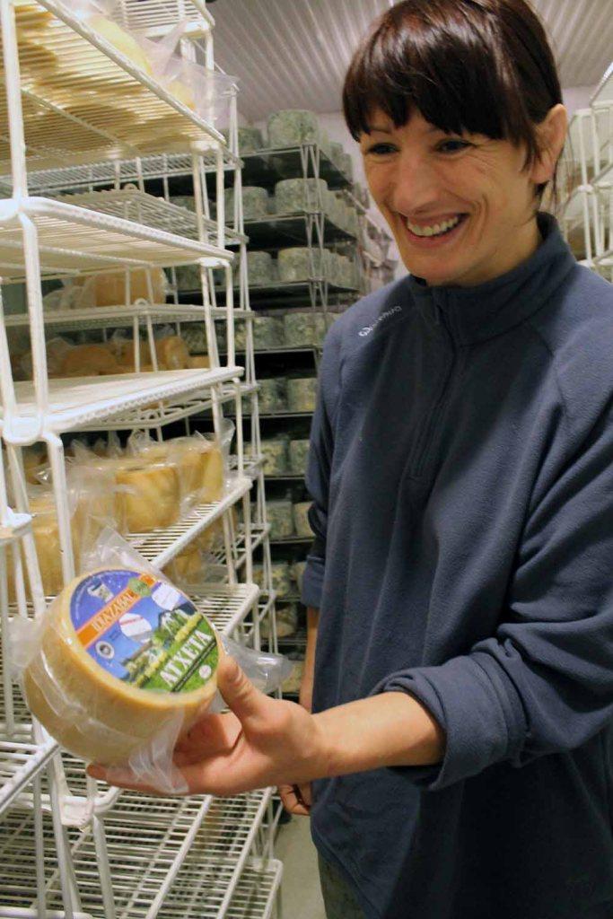 Käse aus den Händen einer Ringerin