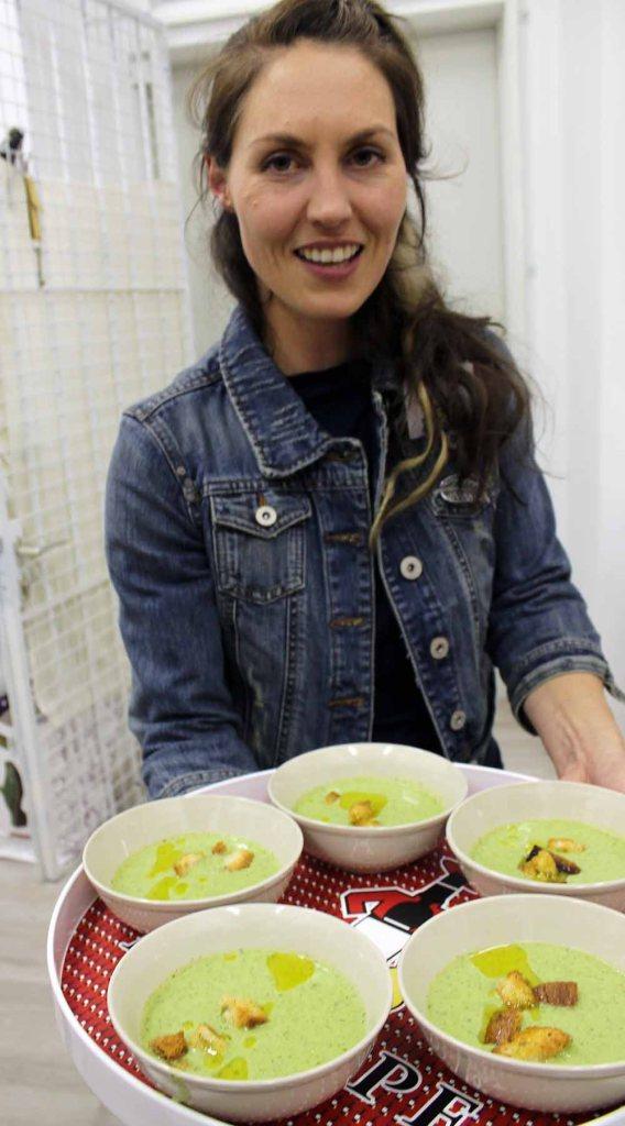 Angelika Kaspurz serviert den Gästen