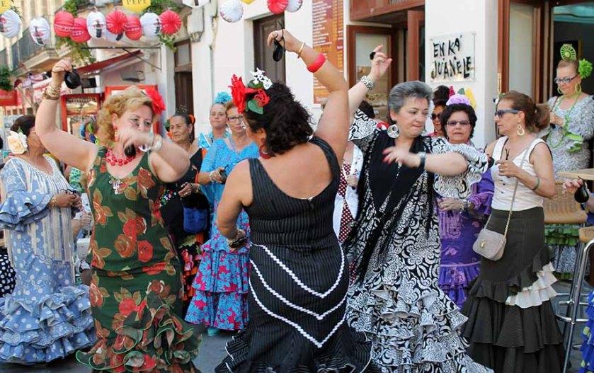 im Stadtzentrum von Jerez tanzen die Damen schon vor dem Mittagessen lautstark ihre Runden.