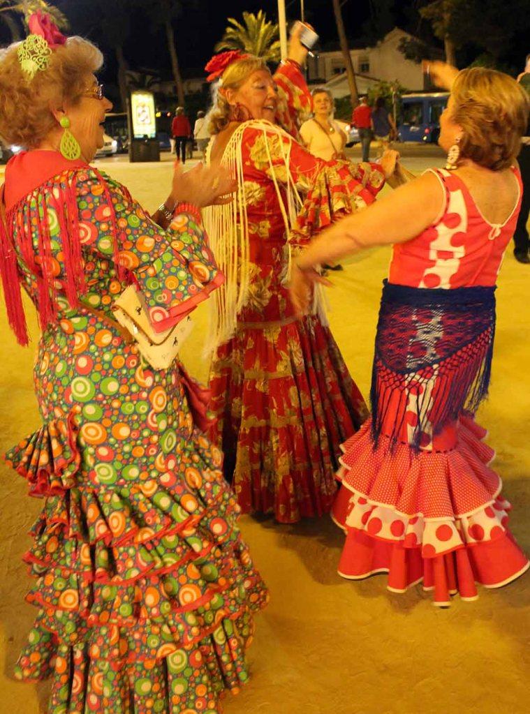 man merkt es am Licht, oder? Die Damen tanzen kurz mal auf der Straße spät nach Mitternacht.