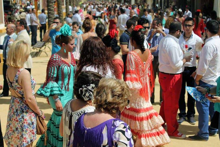 auf der Feria tummeln sich die hübschen Frauen und die kleinen Männer stehen trinkend herum... ;-)