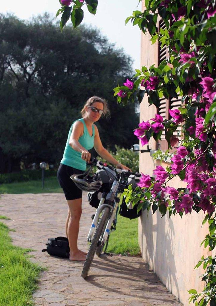 Laschi macht ihr Rad startklar für die Ausfahrt