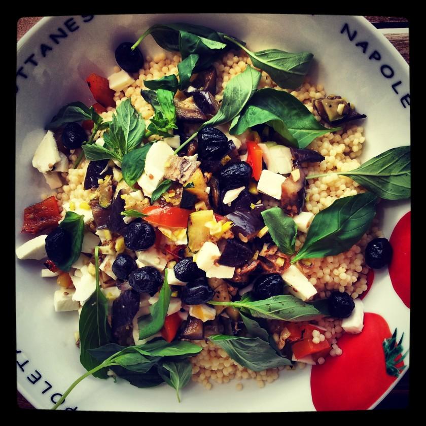 Fregola-Salat mit gegerilltem Gemüse