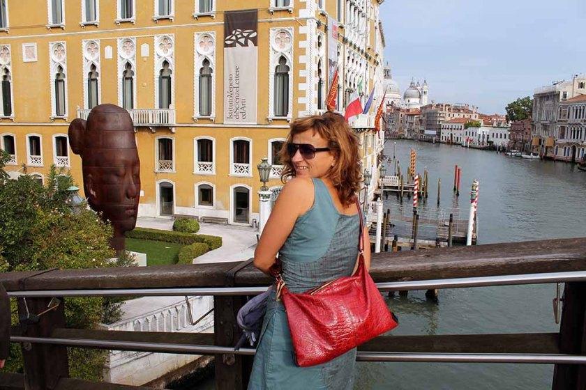 mit schöner Aussicht auf der Accademia Brücke