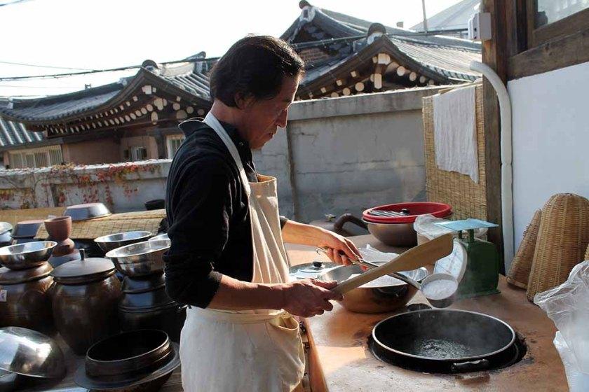 1. Schritt: Gemahlener Reis wird in  heißem Wasser eingekocht