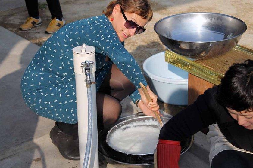 Schritt 1: eingekochte Reismasse muss abgekühlt werden, bevor die Hefe dazu kommt.