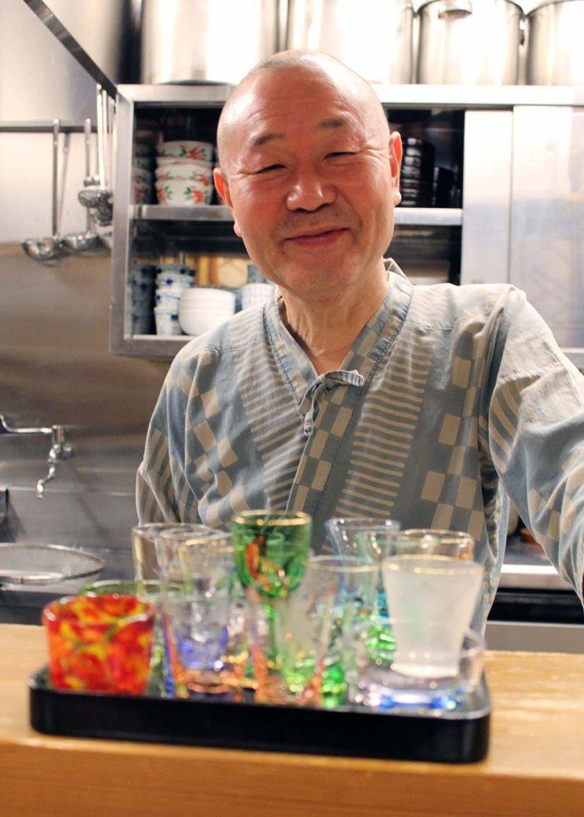 Zu Gast beim Soba-Meister Shimada! Gereicht werden die Sake-Gläser.