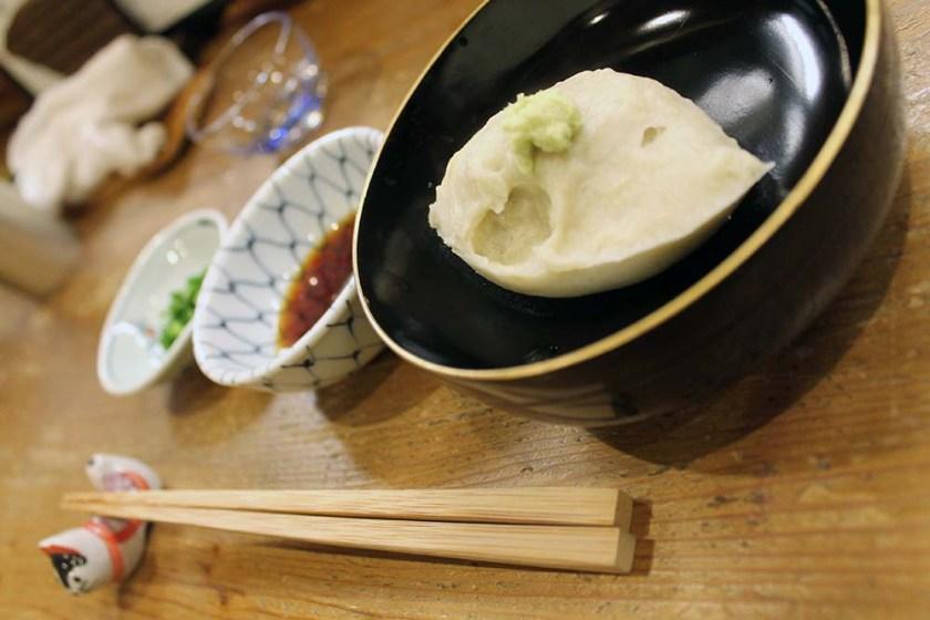 aus dem Wasser wird auch eine Art weiches Nockerl geformt, die wiederum mit Sauce etc. gegessen wird