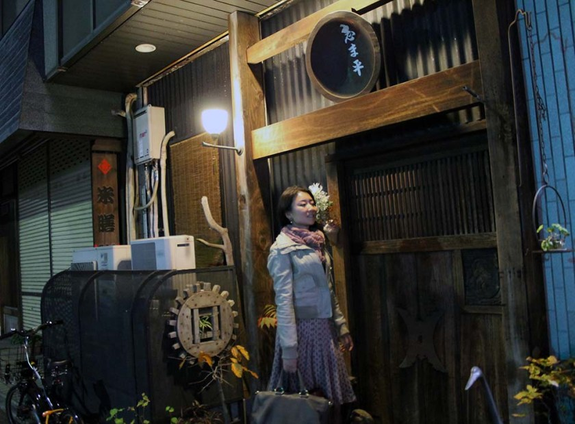 Yoko vor dem unscheinbaren Eingang...