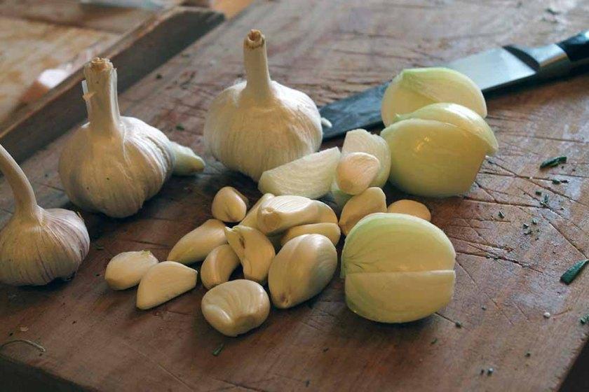 Grundzutaten für die Sur: Knoblauch und Zwiebel