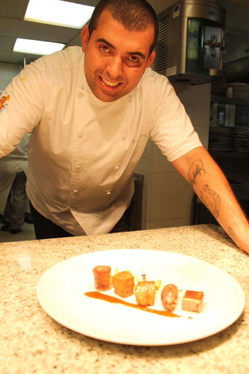 Jefferson Rueda erklärt mir inder Küche im Attimo (Sao Paulo) seine Liebe zum Schwein