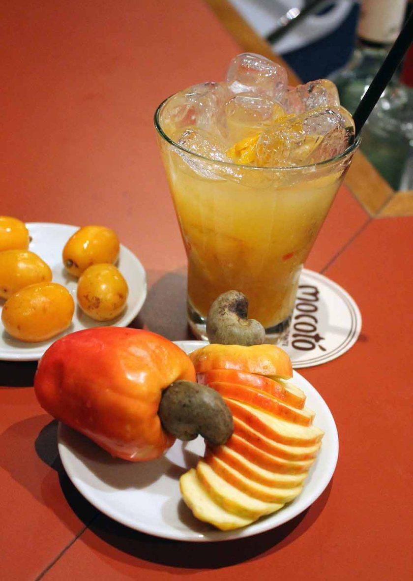 Die Cashewfrucht inkl. Nuss, eisgekühlt serviert mit Cachaca