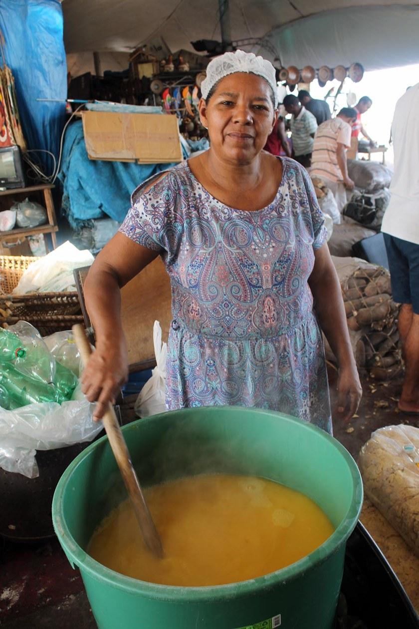 Tucupí-Herstellung am Markt