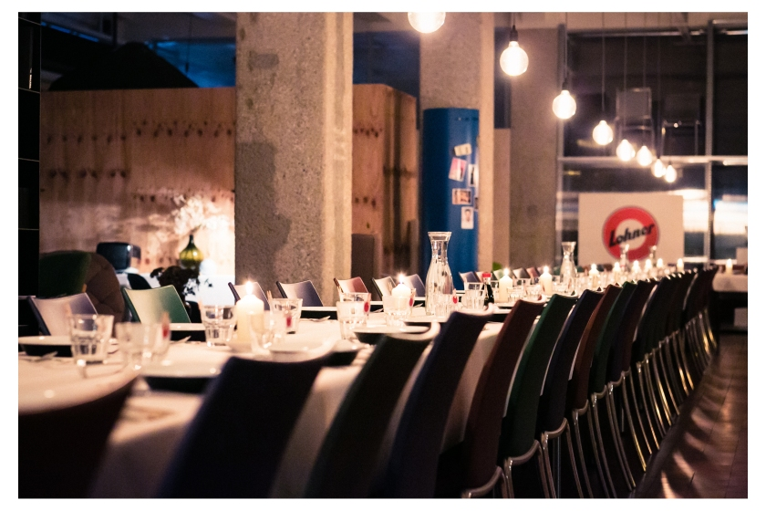 eine lange Tafel wartete auf unserer Gäste, die sich mit uns auf eine kulinarische Gruppenreise begab...