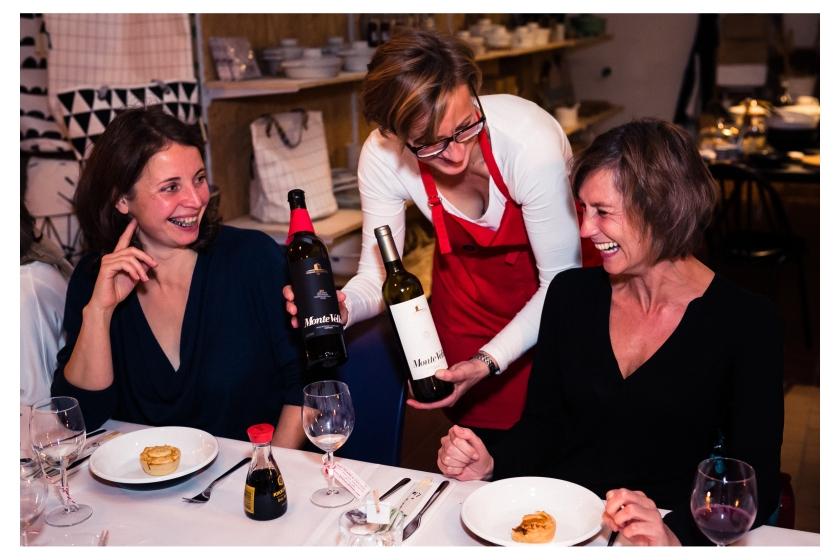 Birgit serviert charmant Wein