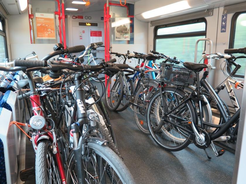 alle fahren Rad! um 7.20 Uhr ein voller Zug
