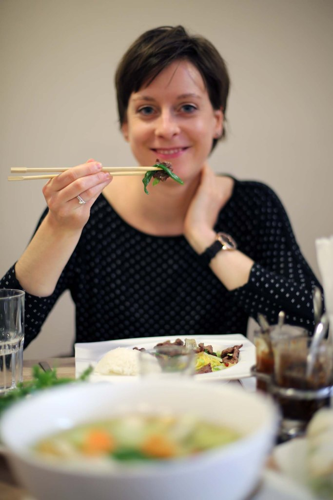 Sarah glücklich mit ihrer Hauptspeise