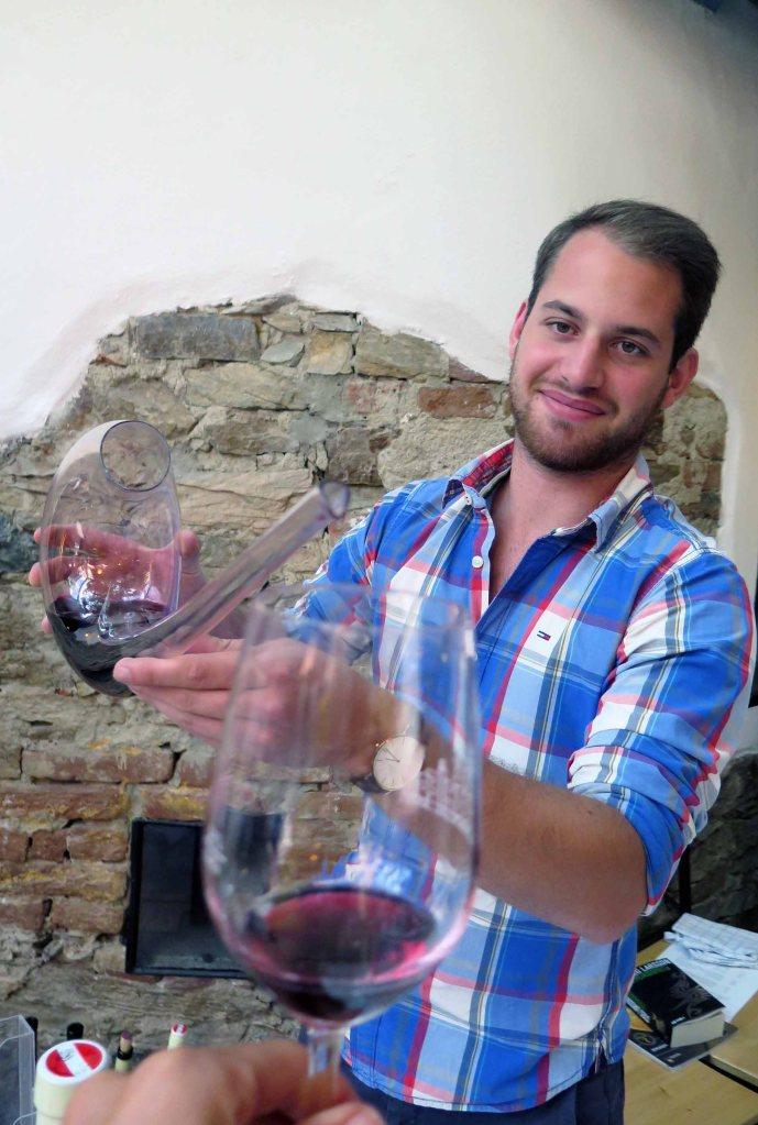 Josef Aichinger jr. beim Einschenken des Cuvée CMZ