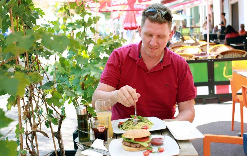 Veganer Burger noch in Form... bevor er zwischen den Fingern zerfällt
